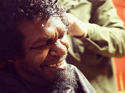 The Street Barber ofrece cortes de pelo gratis a las personas que viven en la calle.
