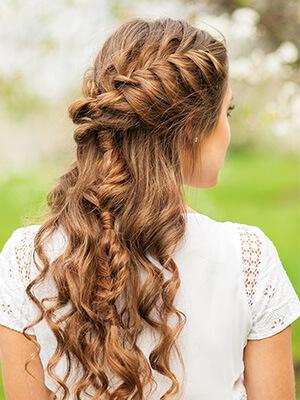Las trenzas sueltas naturales son una tendencia popular para el cabello este otoño.