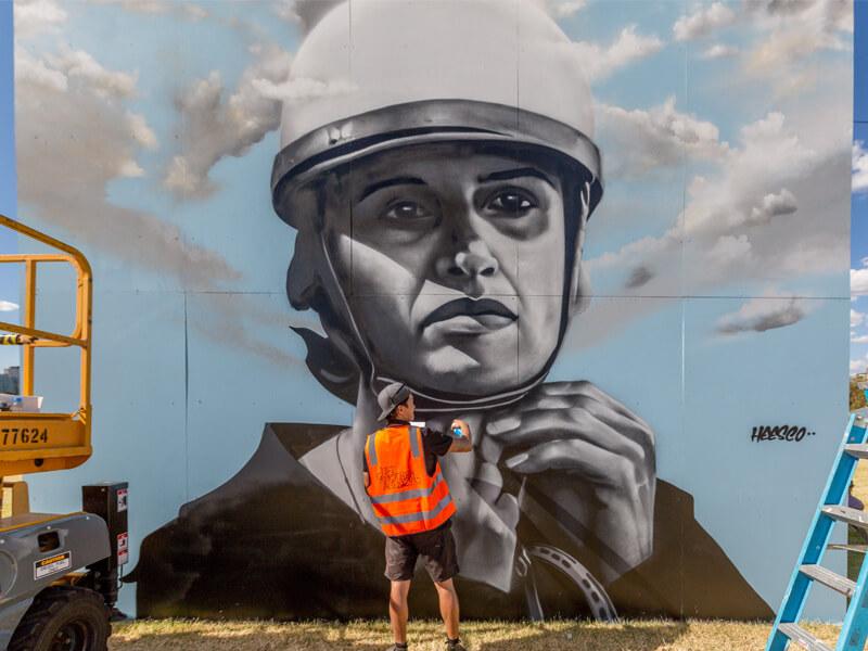 Heesco trabaja en un mural público
